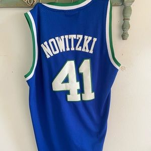 Dallas Mavericks- Dirk Nowitzki (throw back) (M)